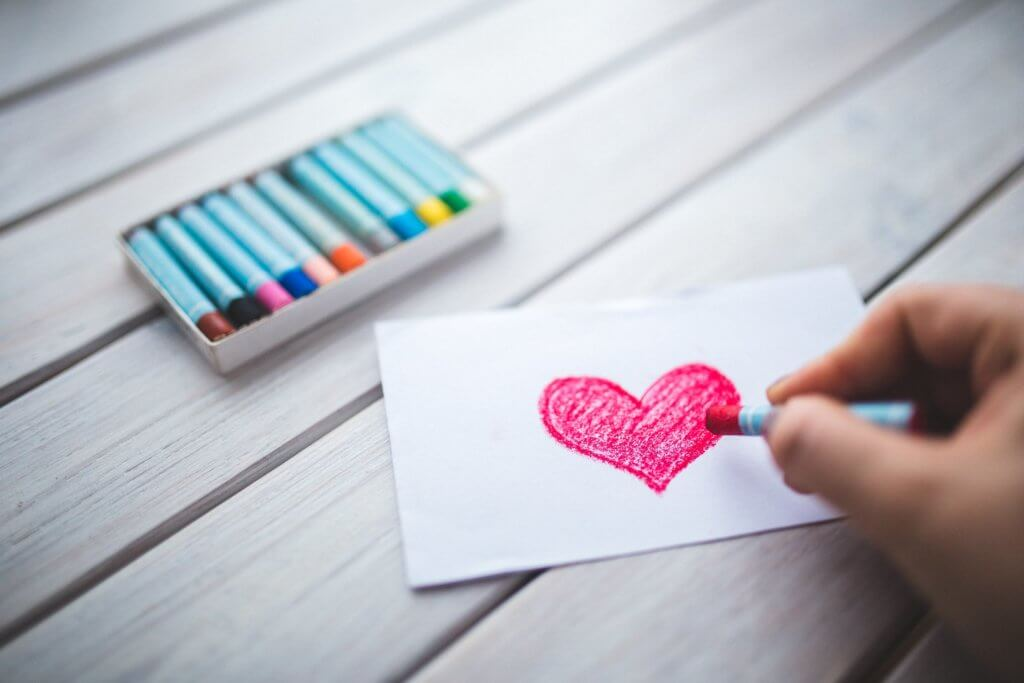 https://www.pexels.com/photo/hand-with-oil-pastel-draws-the-heart-6333/